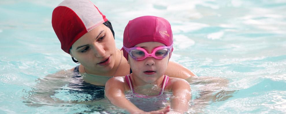 Ora è il momento per un corso di nuoto o di acquaticità per i bimbi